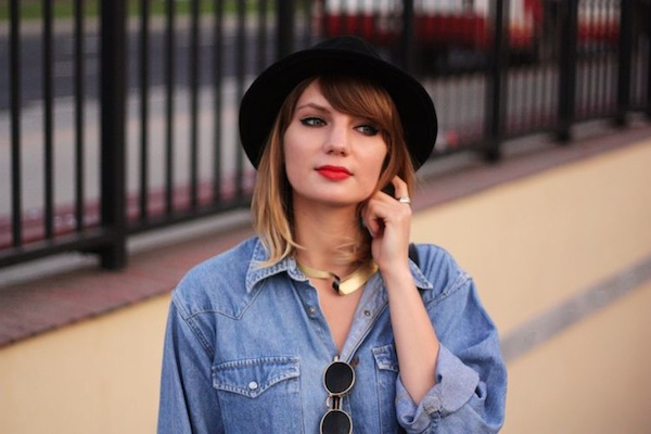 street-style-denim-work-shirt-red-lipstick-gold-necklace